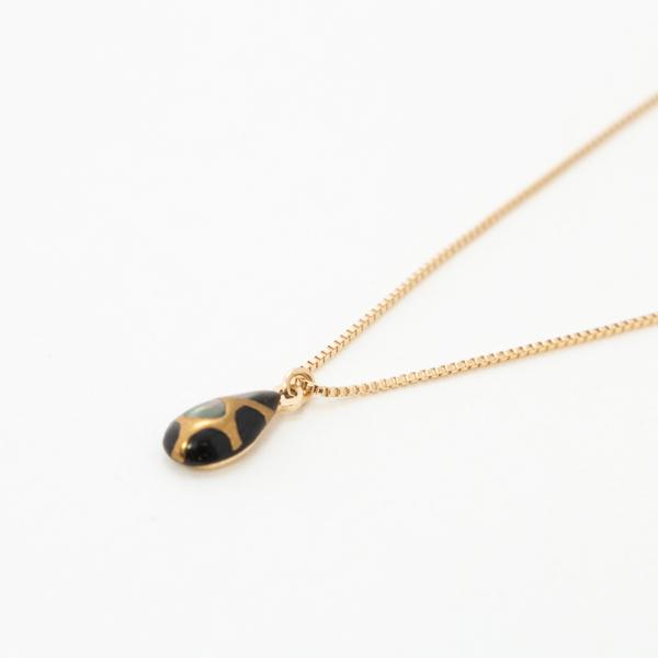 黒蝶貝に漆で模様が描かれたペンダント