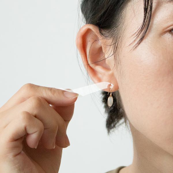 サイズは小さいですが、耳元でゆらゆらと揺れると、柔らかく優しい、天然素材ならではの光を放ちます