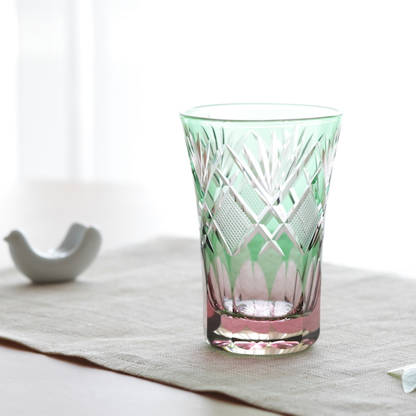 澄み切ったガラスが美しく光に映えます
