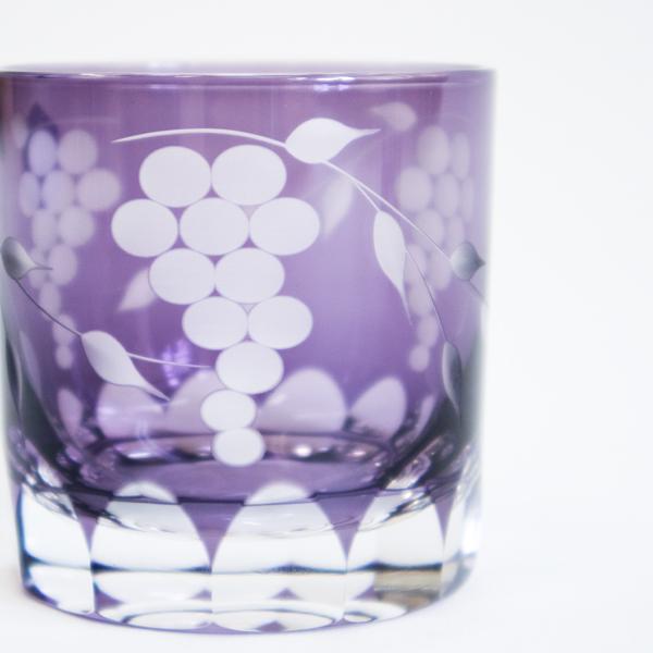 優しい葡萄色に色付けられた表面に、繊細に刻み込まれた葡萄は、これぞ職人技と見入ってしまうほど