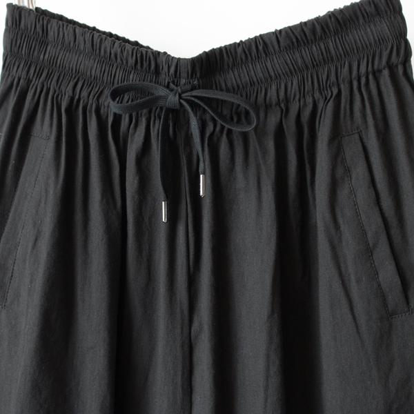 ウエストは総ゴム仕様で穿き心地良く、紐で調節もできます(BLACK)
