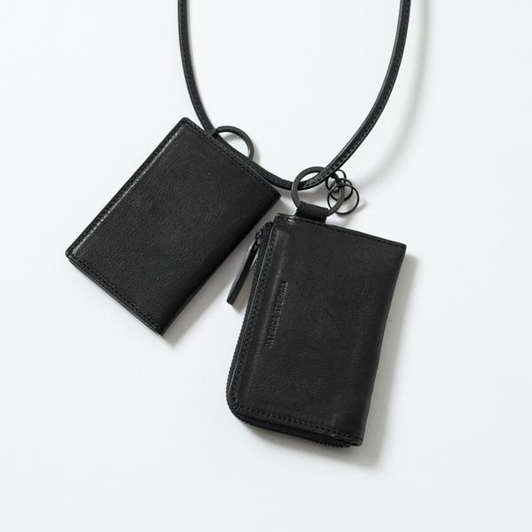 お財布とカードケースをネックストラップでまとめて身につけることが出来ます