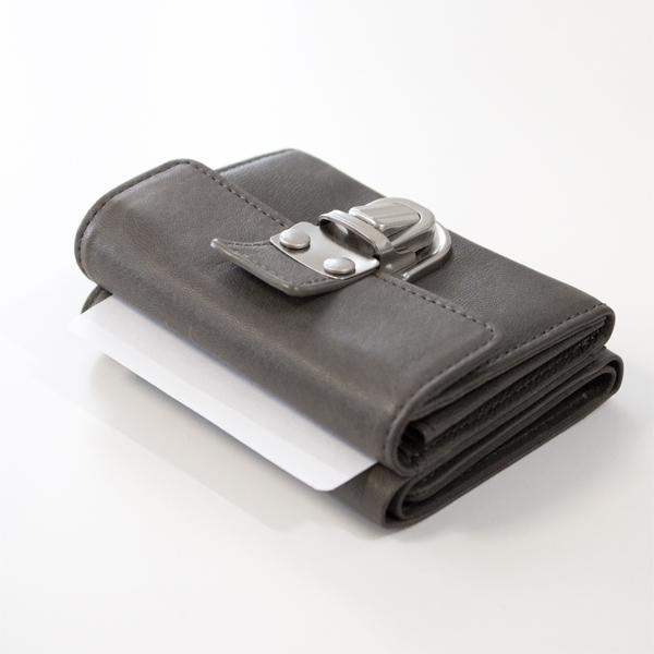 上面に、財布を閉じたままでも出し入れできるカードポケットが1つ