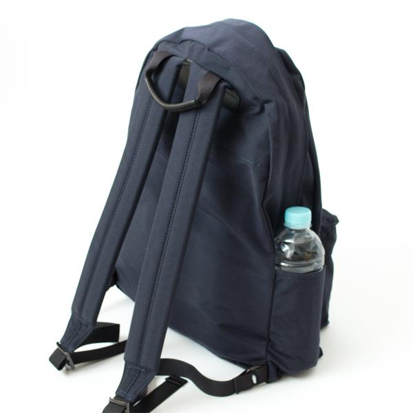 サイドポケットは500mlペットボトルがぴったり入るサイズ