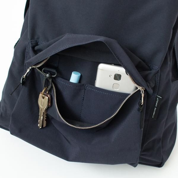 ファスナーポケットの中は、2つの仕切りとキーフック付き(長財布も入ります)