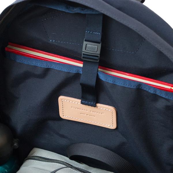 A4書類やノートPCが収納できる背面ポケットは、テープで固定できてほつれを防ぎます