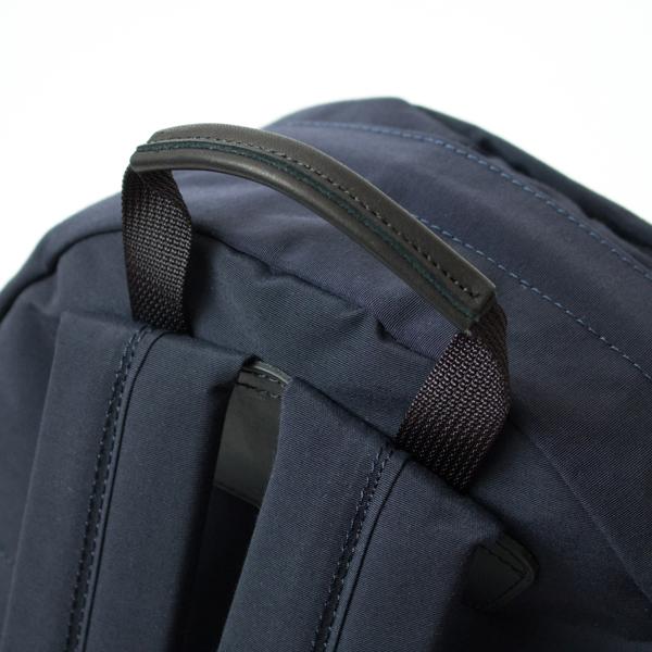グローブレザーが手になじみ、重い荷物を入れている時も食い込みにくいトップハンドル
