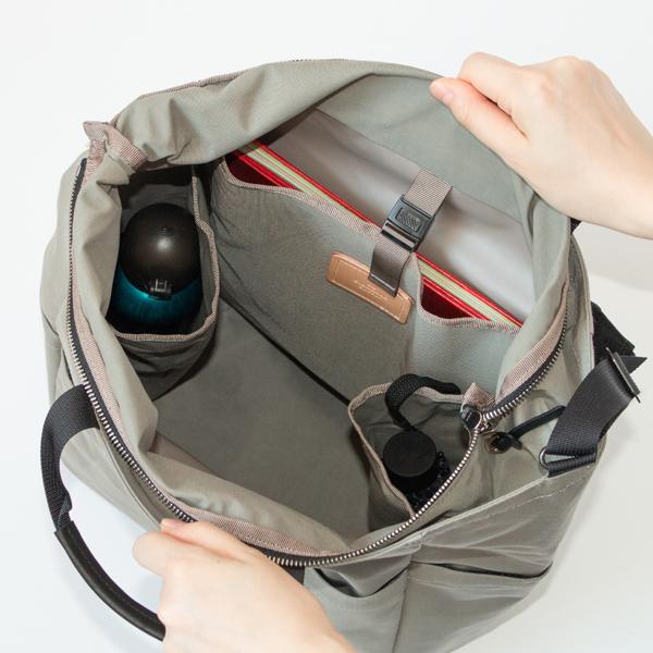 内側は、A4書類やノートPCが入る仕切りと、バッグの中で倒れやすいボトルや折り畳み傘の収納に便利なポケットが付いています