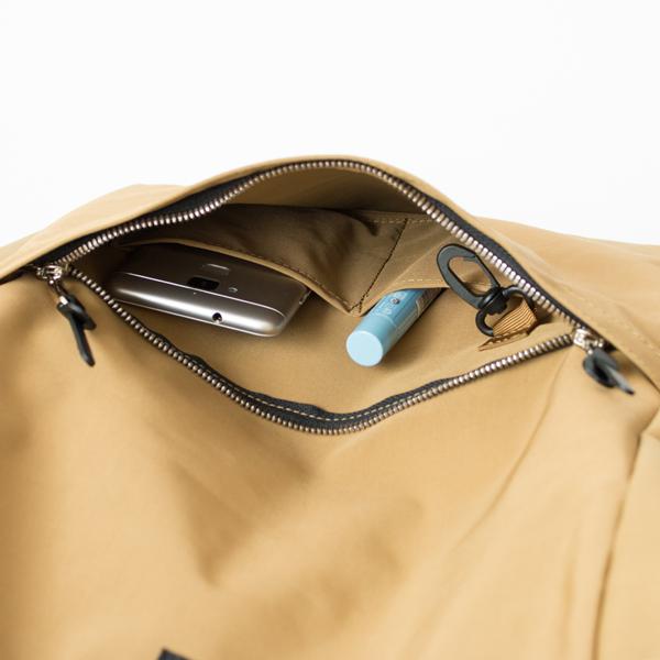 ファスナーポケットの中は、2つの仕切りとキーフック付き