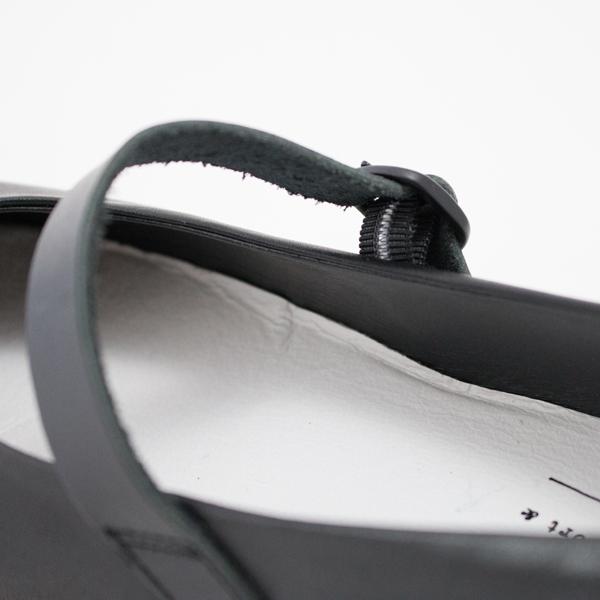 ストラップ裏側のゴムが伸縮する、脱ぎ履きしやすいつくり
