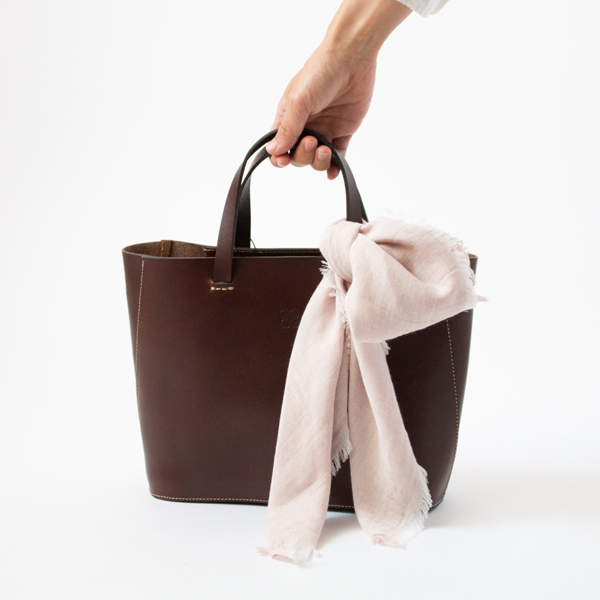70×70はハンドバッグやショルダーバッグのアレンジにも使いやすいサイズ(PINK-BEIGE)