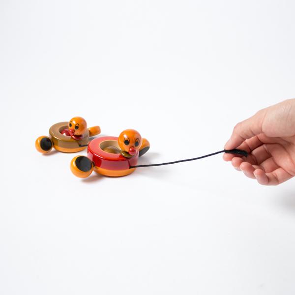 紐を引っ張ると、パタパタとユニークな動きで楽しませてくれます