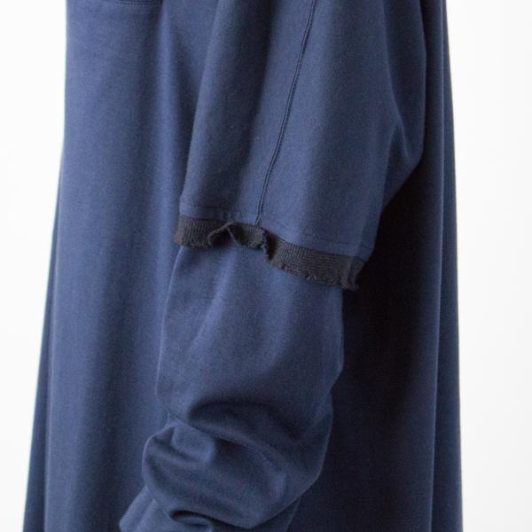 袖中間の切り替え部分にフリルが施されたデザイン