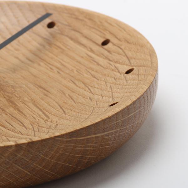 ナラの無垢材を削り出しているので、木目や質感が自然そのままに