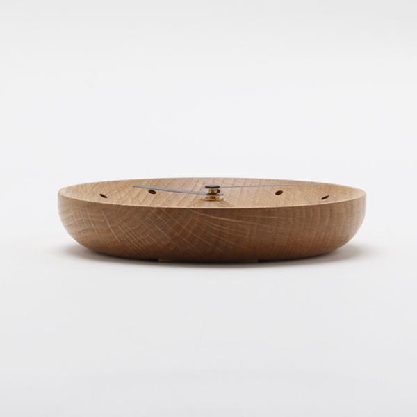 文字盤は中心と縁が高く波打つ立体的な形