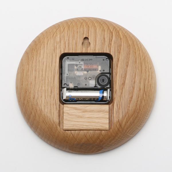 背面に壁掛け用の穴と、下部にスタンドがマグネットで付属しており、置き時計に出来ます。