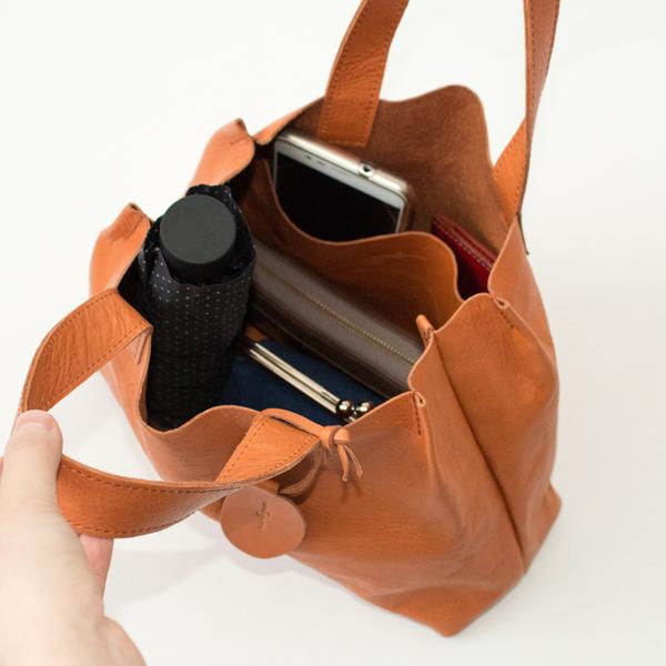 長財布、折りたたみ傘、スマートフォンなどを入れた様子