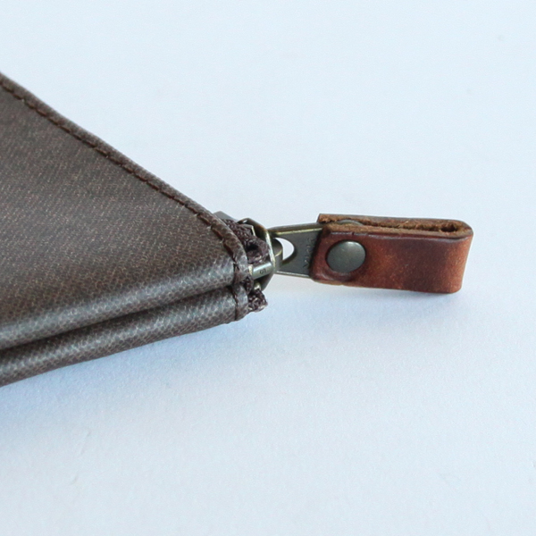ファスナーの取っ手には、ベジタブルタンニン鞣しの革を使用