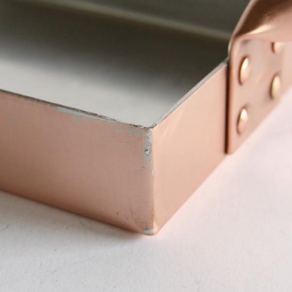 鋲の出っ張りが少ない取っ手と本体の接合部分