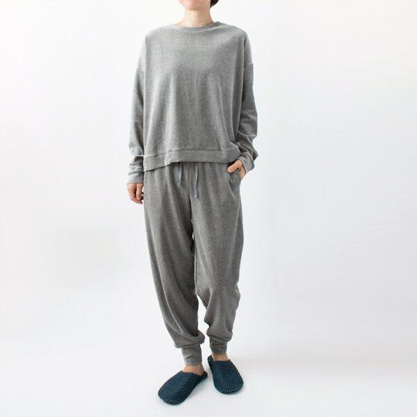 GREYはセットアップで着られる「ベロアルームパンツ」もご用意しています(モデル身長:158cm)