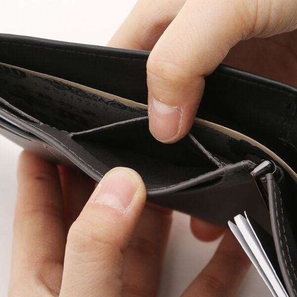カードスロットの裏面に小銭が入るポケット