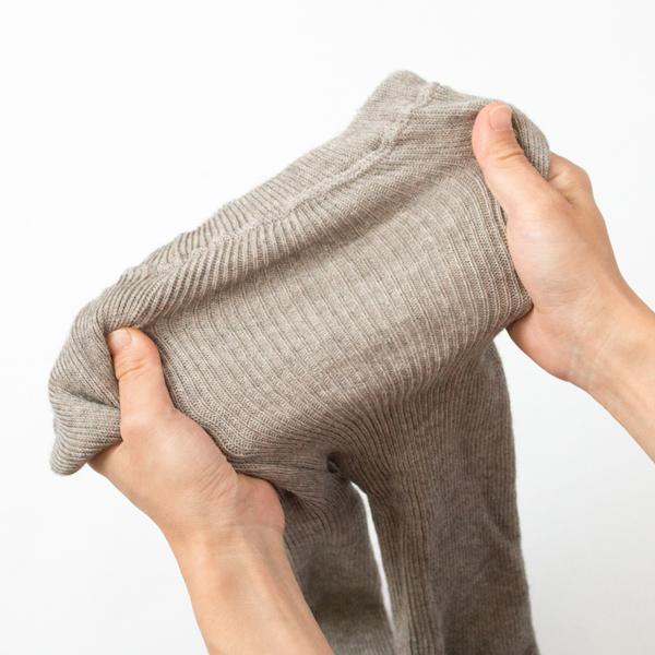 伸縮性の高いリブ編みを用いているので窮屈感がありません