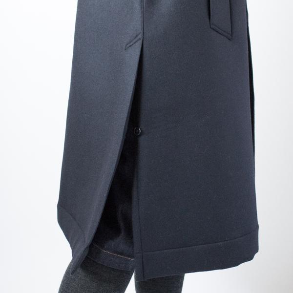 裾両サイドのスリットはボタンをつけています