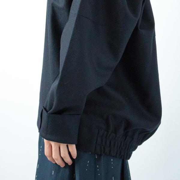 袖はやや長めのため、ロールアップして着用(伸ばした状態でも着用頂けます)