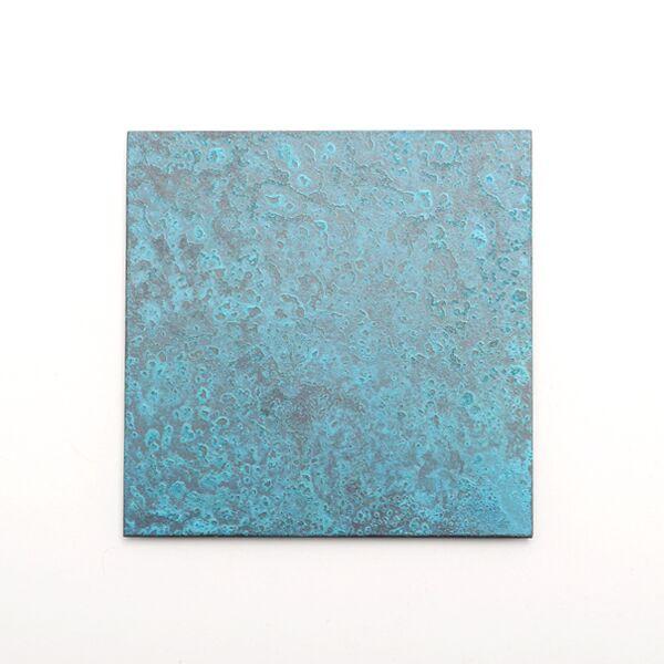 銅の化学変化による独特の色合いと模様が表れています