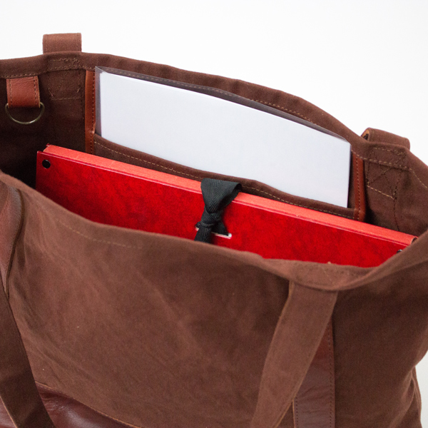 大きいポケットにはA4クリアファイルが縦に納まります