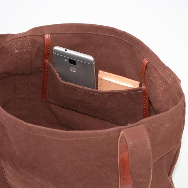 小さいポケットにはスマートフォン、パスケースなどを入れて