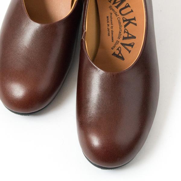 足へのフィット感を高め、モードな雰囲気も漂う、やや深めのトップライン(甲部分)