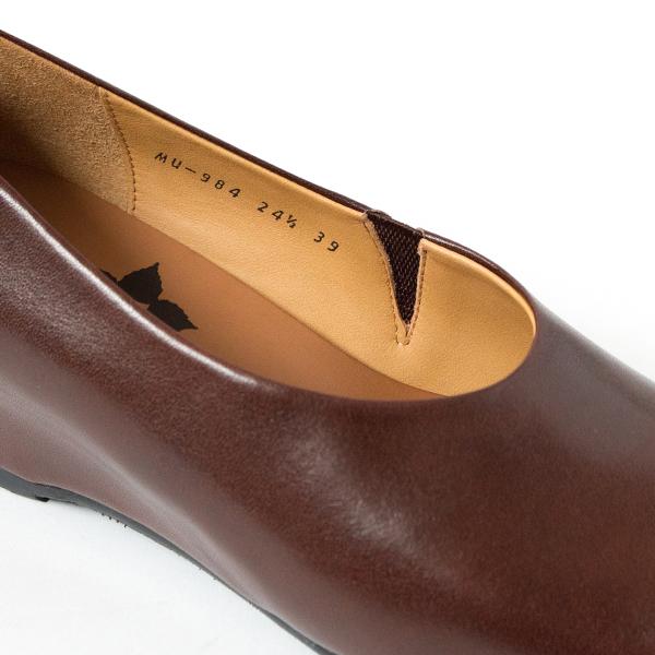 履き口の一部がゴム仕様になった、足入れしやすいつくり