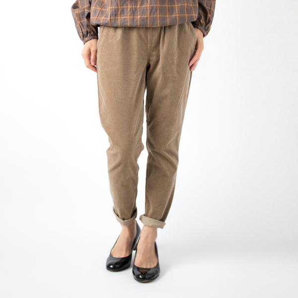 ジャストサイズ+ロールアップで足首を出し、女性らしいすっきりとした着こなしに(モデル身長:158cm 着用サイズ:0)