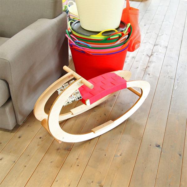 天然木の優しい質感で、お部屋のインテリアにもマッチしやすい玩具です