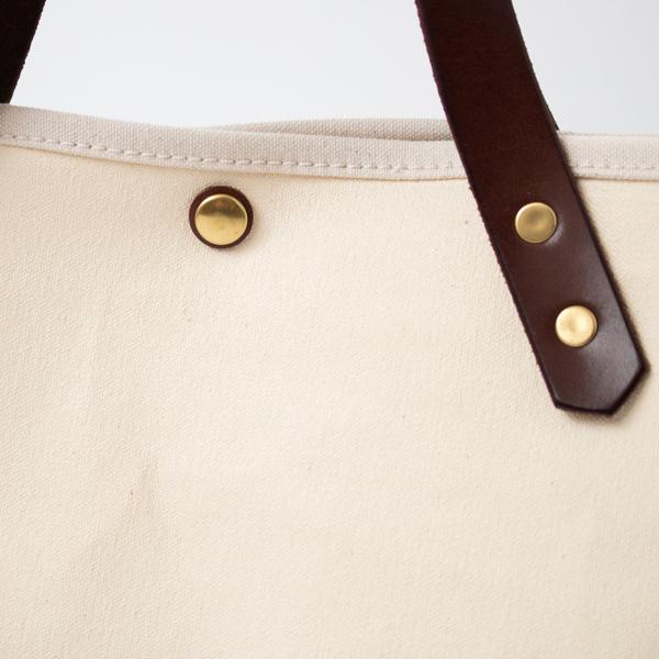 金具パーツはヴィンテージの風合いが感じられる真鍮製(BROWN/MILK)