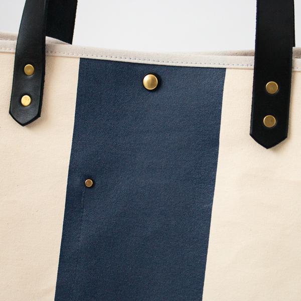 金具パーツはヴィンテージの風合いが感じられる真鍮製