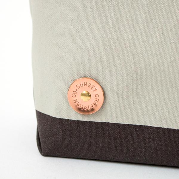 手作業で丸く切り出した銅のプレートに、一文字ごとに刻印を施します(NT/NIMBUS/CHOCO)