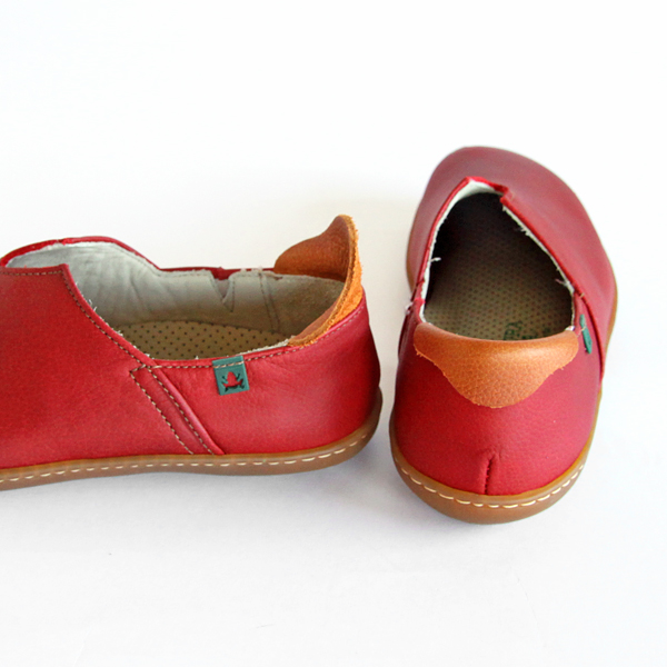 かかとのベロはクッション性を高める他、履くときの靴べら代わりになります