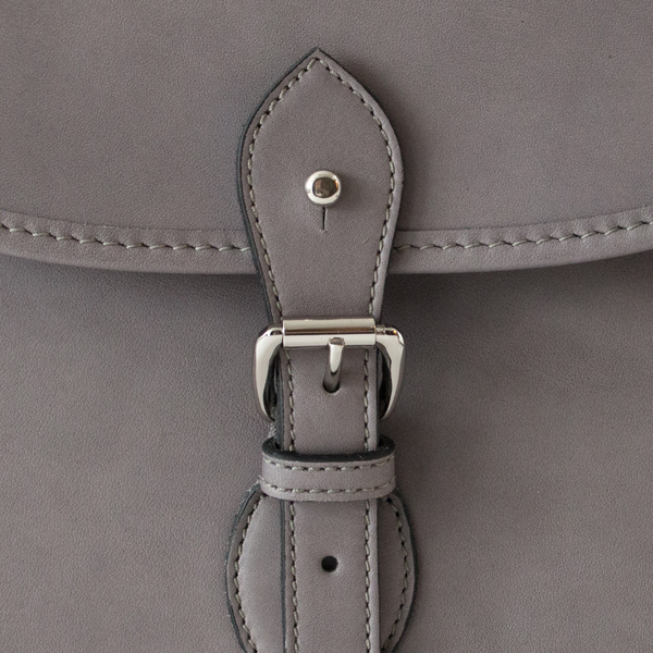 ベルト上についたギボシ金具で簡単に開閉できます