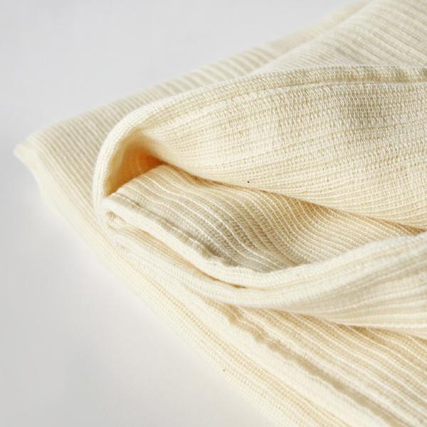 一般的なタオルケットに比べてかさばらず、薄い綿シーツよりも優しい肌触りが特徴