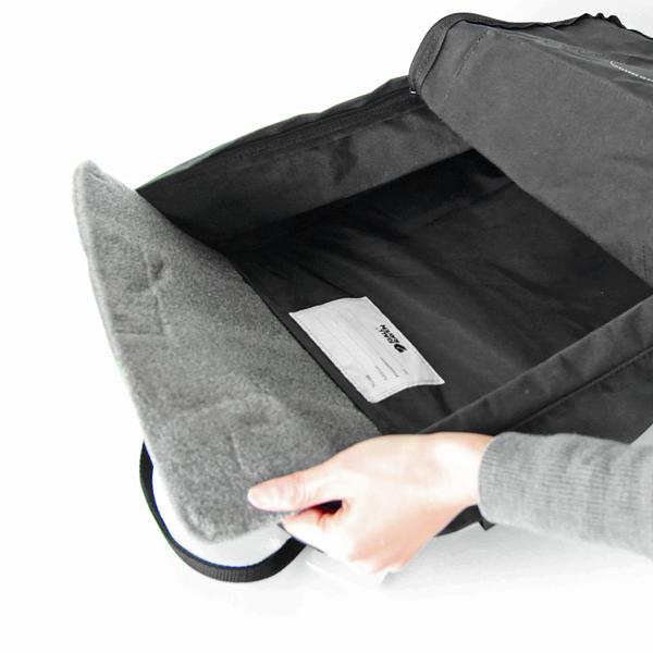 背当たりを良くし、荷物も保護してくれる他、アウトドアシーンではクッションにもなる「シッティングパッド」