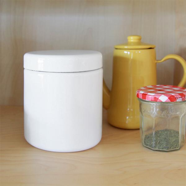 美しい真っ白の琺瑯で覆われた「見せる容器」
