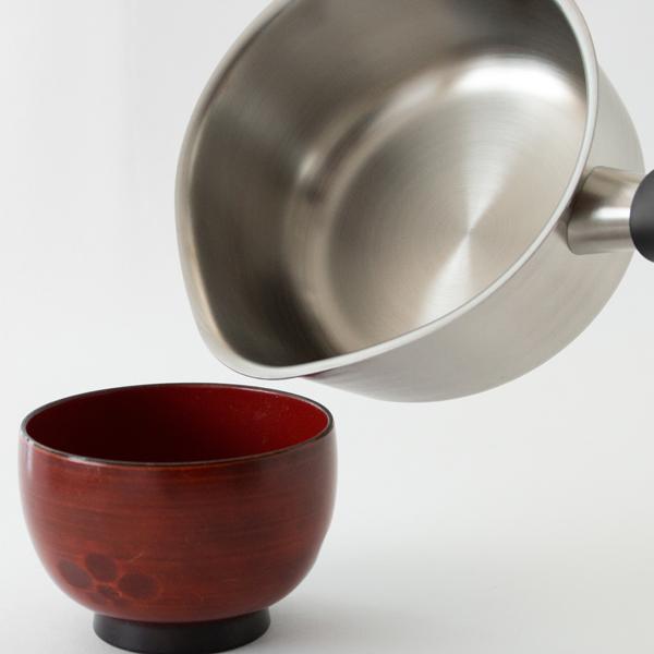 便利な注ぎ口が左右についた小鍋です