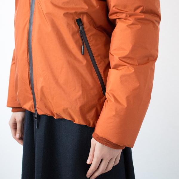 両サイドには、内部にひんやりしにくい起毛生地を使用したポケット付き