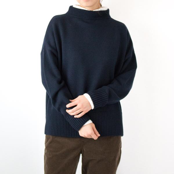 白シャツとのレイヤードで爽やかさをプラス(モデル身長:167cm/NAVY)