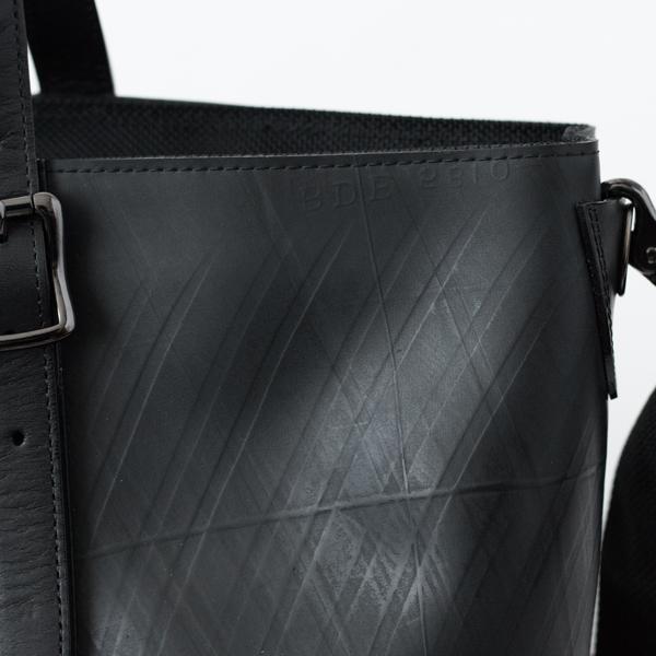 タイヤチューブを使用しているため、一つ一つ模様や傷の付き方などが異なる個性豊かなバッグです