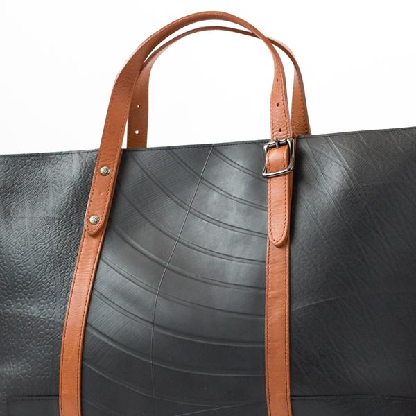 「廃タイヤチューブ」から出来た珍しいバッグ
