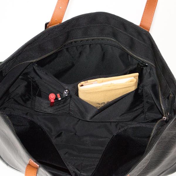 ファスナーポケットと中・小ポケット