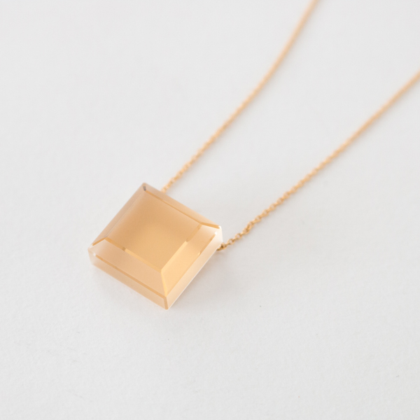 水晶にマット・クリアー2種類の研磨を施した、独特の表情が魅力(SQUARE)